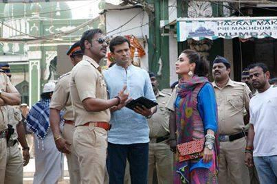 @ajaydevgn and #KareenaKapoor on the sets of #SinghamReturns ...Ab shuru hoga #Singham ka #Golmaal #Bollywood #Action http://t.co/wIsimGbG6S