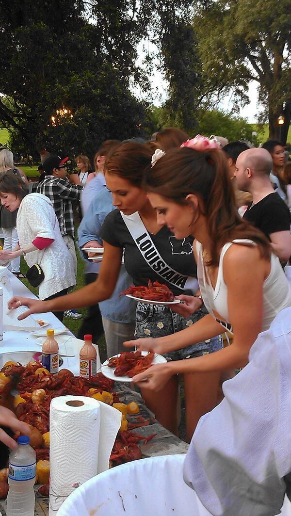 Of course @RealMissLAUSA & @realmissalusa beelined to the #Louisiana crawfish! #MissUSA http://t.co/Li8Olet2yd