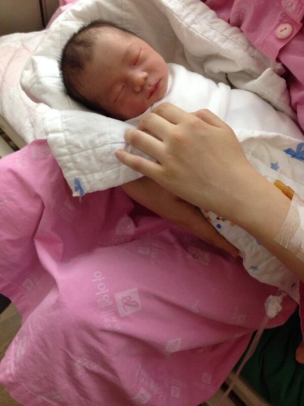 5월31일 아들 튼튼이가 태어났습니다. 아직은 아기를 안고 있는 모습도 서툴지만 이제 아빠가 됐습니다~ http://t.co/0tavWnlWh1
