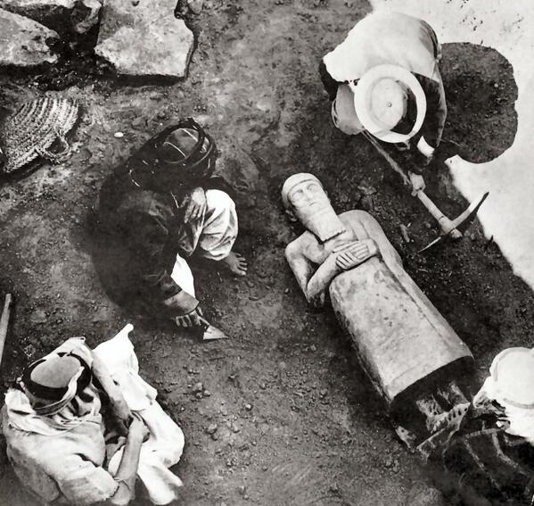 Discovery of a statue of Ishtup-Ilum of Mari (2100 BC) in palace of Zimri-Lim, 1930s. Now in Syria's Aleppo Museum. http://t.co/L2UqopSF32