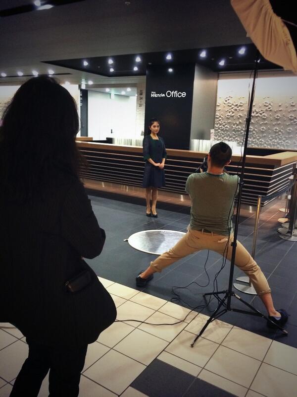 先程、Informationいたしました、「ATSUSHI NAKASHIMA」デザイナー、中島篤さん制作の渋谷ヒカリエ・オフィス受付スタッフの制服につきまして、撮影現場の様子をつぶやきます! #jfwo #mbfwt http://t.co/9VtEWjmoNS