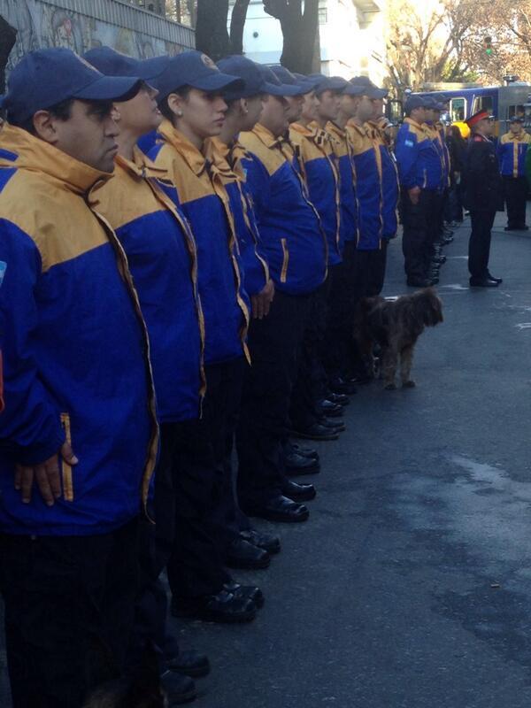 """Los bomberos voluntarios celebran sus 130 años. El festejo es en el cuartel 1 de la Boca, acompañan los """"bomberitos"""". http://t.co/SukgYUlAad"""