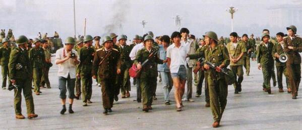 89年6月4日清晨,许多坚持不走的学生被捕。山西大学学生高旭等八人被绑在人民大会堂东门柱子上,军人用枪托砸,木棍打,烟头烫,高旭脑震荡后遗症,一只眼睛致残。#图说八九六四 http://t.co/ZjZwnM2vYO