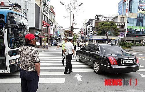 """똥차 먼저 보내~~ """"@sws67890: 충북에서 경찰이 정상 주행하는 시내버스 등 차량을 수신호로 멈춰 세운 뒤 새누리당 나경원이 탄 차량의 '횡단보도 좌회전'을 돕는 만행을 저질렀군요. 정말 최악의 집단 http://t.co/OUySSCmgSA"""""""