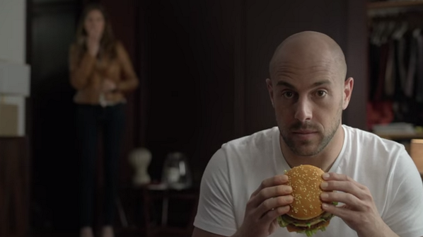 BpPE851CEAEzH8X Liverpool (Napoli) keeper Pepe Reina caught in the act with a Big Mac by his wife in funny McDonalds advert [Video]