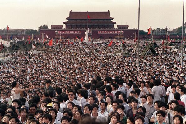 【图片:回首天安门事件】- 1989年6月3日晚至6月4日清晨,中国领导人派兵镇压学生在天安门广场举行的民主抗议活动。数百人被杀。《华尔街日报》回顾了这一事件的历程。http://t.co/wZkQrd6cdw http://t.co/loynHmUWKn