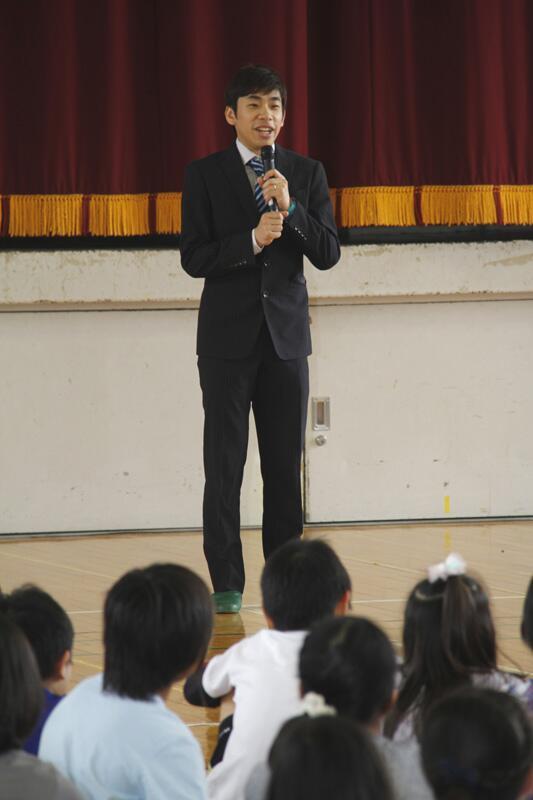 片山小学校で行われた「夢と希望を広げる出会い事業」で織田信成さんが来てくれたよ!夢をあきらめずにやり続けることの大切さについて話してもらったんだ! #sutian http://t.co/qhYvbgD5HW