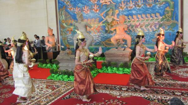 Dancers celebrate return of 3 looted ancient statues in Phnom Penh. Stolen by Khmer Rouge, trafficked to US museums http://t.co/ZyqngsiZHo