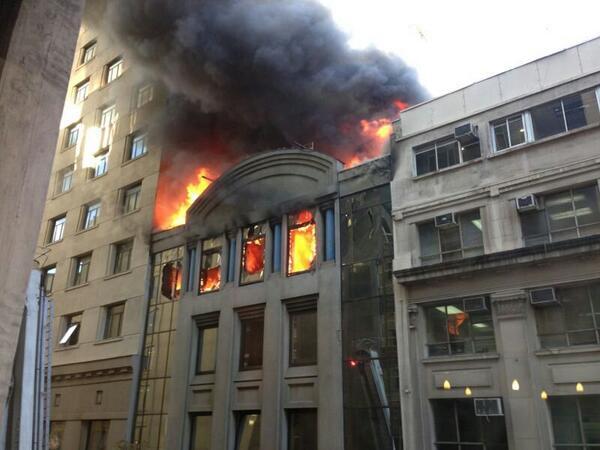 Incendio en Agustinas... entre amunategui y teatinos. Detrás del edificio de Cancillería Enviado por WhatsApp http://t.co/Hpke4pllSr