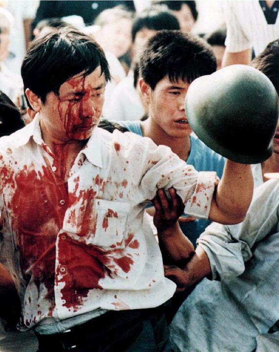 La imagen de la masacre de Tiananmen que pocos conocen , un estudiante cubierto de sangre el 4 de junio de 1989. http://t.co/iCsnY0ujk9