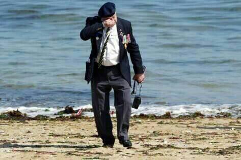RT @rabredewold: De veteraan die nu nog zijn tranen laat op het strand in Normandi?. Mijn respect en dank. #DDay70 http://t.co/OdtwBo3JO6