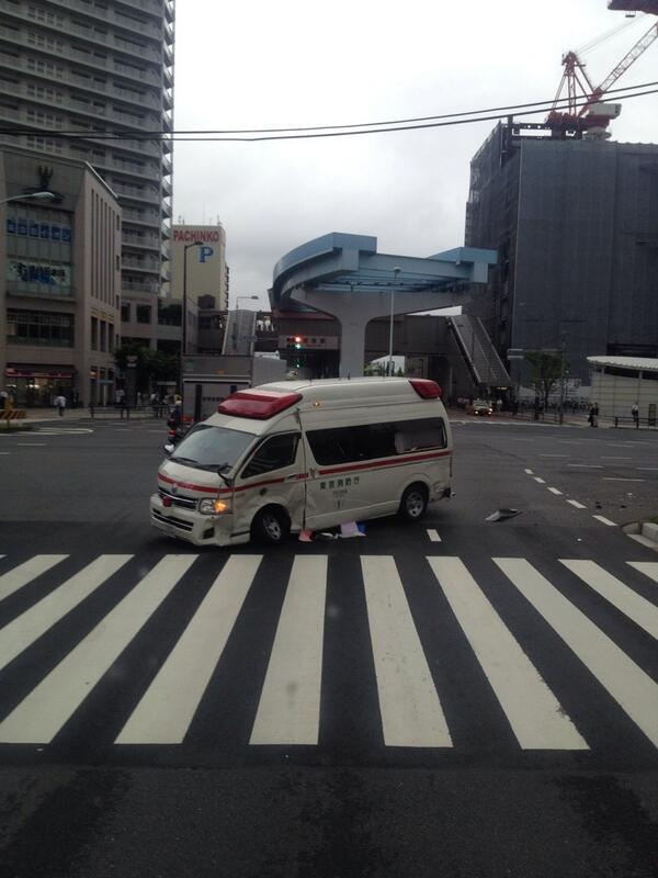 目の前で救急車が事故ったんだけど… http://t.co/e9TbX7MdER