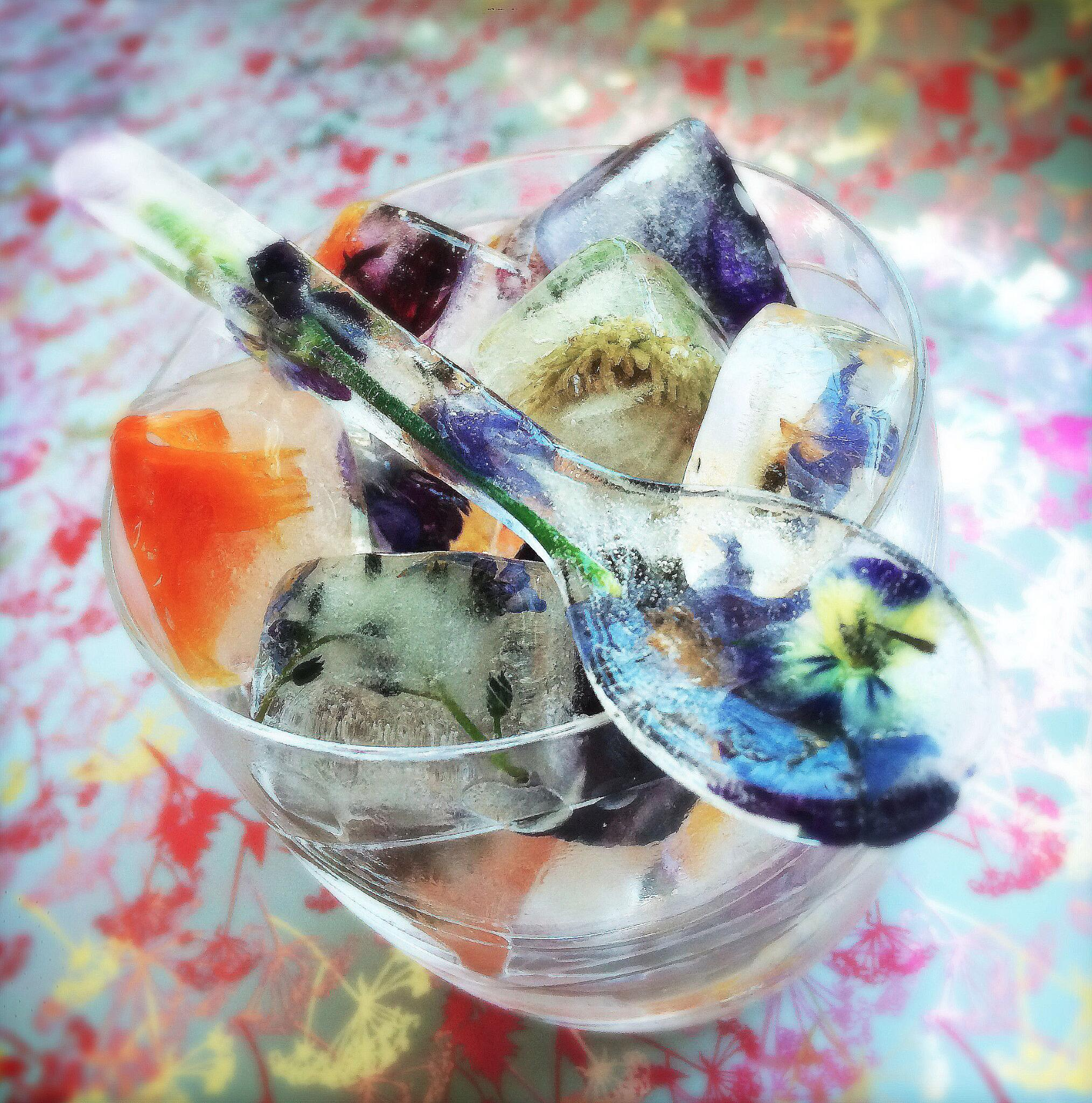 RT @KatieJHardie: @TelegraphFood The weekend is near - Having fun experimenting with my edible flowers! #ShakenAndStirred #Letsparty http:/…