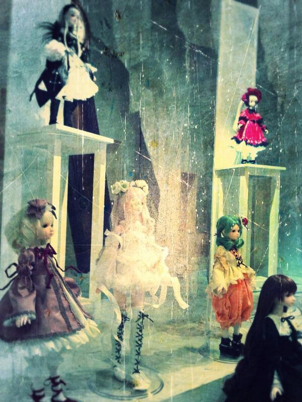 設営はまだまだ続く〜。展示待ちの薔薇乙女達がわらわらしてて可愛い! http://t.co/55oQAoUro6