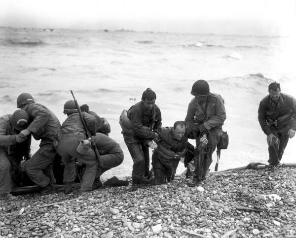Today, we remember those whose lives were lost during the D-Day invasion and we honor all who served. http://t.co/ZEg6JCtFk8