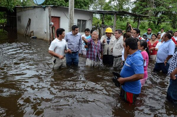 AYUDEMOS TODOS!!! Así están las cosas en Aguacatal #Campeche Hay centro de acopio en el DIF Estatal RT RT http://t.co/QE2i2WjCJK