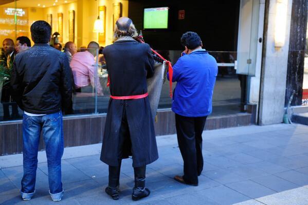 Miguel Hidalgo viendo el futbol hace rato en el centro http://t.co/tJxM584rXp