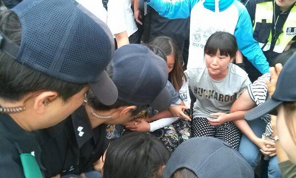 #강정 이시간 간디 대안학교 학생들을 끌어내는 경찰들... 어떡해 사제들과 미사 보는 학생들을 이렇게 폭력적으로 끌어낼수 있는지... 눈물납니다. ㅠㅠ http://t.co/F7UoEzAaYd