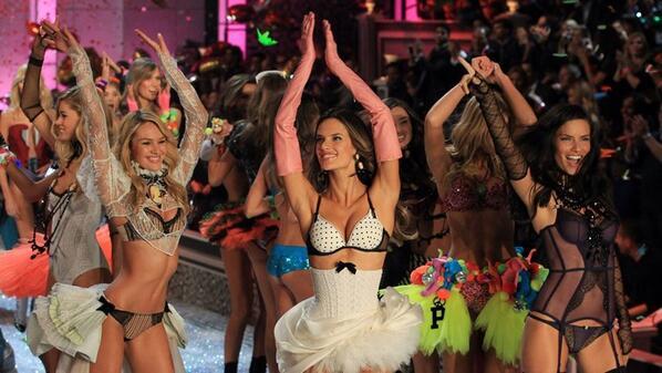 퀴어 퍼레이드를 보면 게이가 된다니 님들 저희 이러고 있을때가 아니다 어서 빅토리아 시크릿 쇼을 보러가 빅시 모델이 됩시다 http://t.co/0DeqeJNQjy
