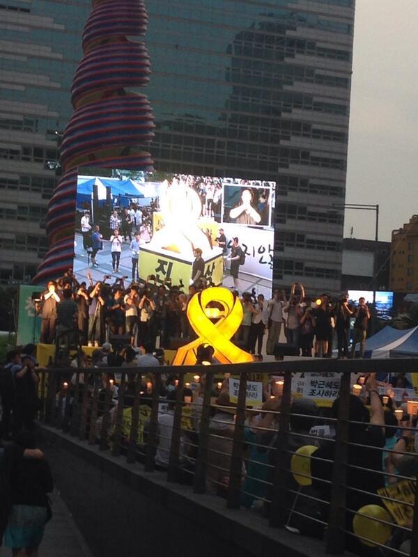 선거가 끝나고 연휴 중간이라서 그런가… 세월호 참사 범국민 촛불집회에 이전과 달리 참석한 사람들이 줄었다. 그래도 잊지 않을 것이다!! http://t.co/8BolZdMKUW