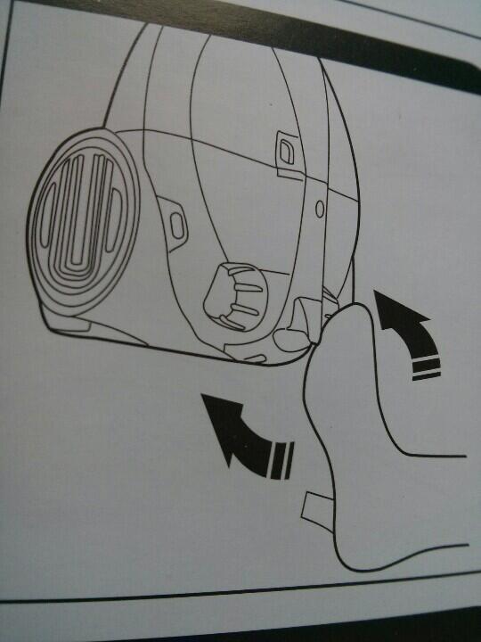 Mince alors, je vais être obligé de mettre des talons pour utiliser mon nouvel aspirateur… Merci Hoover ! http://t.co/BwJXJBMc9U