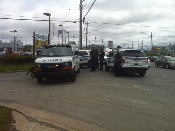 Heavy police presence including officers with weapons drawn on Windmill Rd in #Dartmouth http://t.co/aDkwI0hKMf