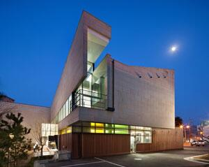 [名 건축기행] <23>청도어린이도서관, 정면에는 광장·뒤쪽엔 마당, 이웃과 함께 어울리는 공간   http://t.co/qegQVlOfur http://t.co/lIBWwP2i88