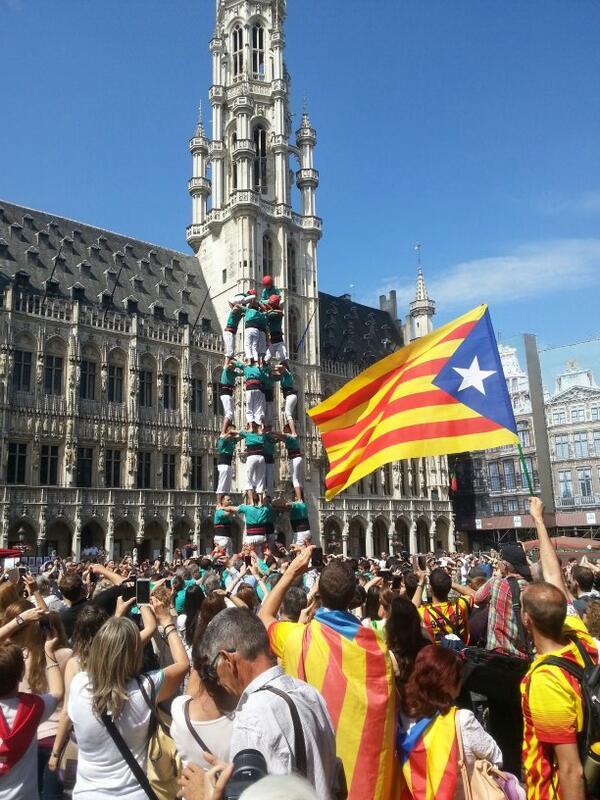 Primer castell descarregat! @Verds a Brusel.les! Crits d'independència! Som-hi nois, no pareu!! #CatalansWantToVote http://t.co/PLAN83XqTv