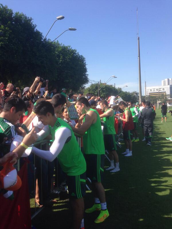 Los jugadores de @miseleccionmx se acercan a los aficionados que nos acompañan en el entrenamiento #SelecciónBanamex http://t.co/XnNWsP97dk