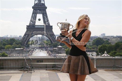 FOTO AP: Maria Sharapova posa con su trofeo de campeona de @rolandgarros en la  torrer Eiffel http://t.co/Pq8zzZJNMl