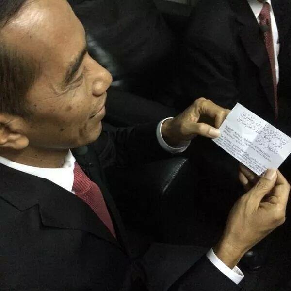 Yg nyempil di saku jokowi, kertas berisi doa ibunda #orangbaik http://t.co/pP5ybhipHl