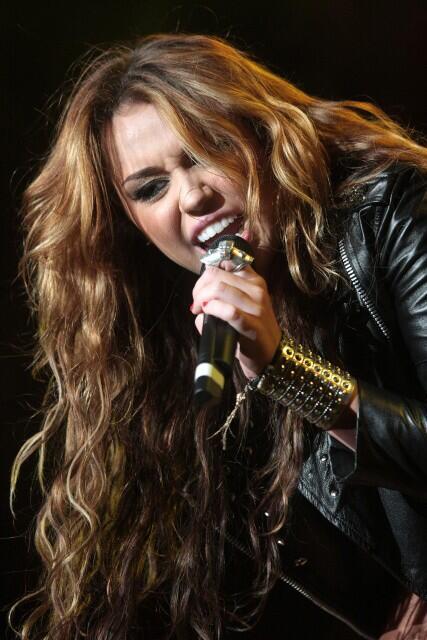 @HechosQCyrus @RoBieberCyrus forever -#MileyForMMVA http://t.co/Zz3TVOpIxX