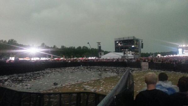 bizar gezicht RT @IngmarG: Mensen willen in t voorvak voor #Metallica op #Pinkpop maar mag nog niet wegens bliksem. http://t.co/ZqbtB2mL3P