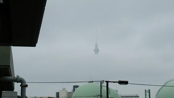 おはようございます♪ 東京・南千住は曇り、今日も不安定な天気のようです。 今朝はUFOのような不思議なスカイツリーです(笑) 注目されるチューズデー、素敵な時の記念日を! http://t.co/u582swRqMb