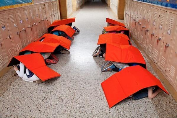 米教育機関が銃乱射事件対策で導入する防弾毛布、装備時の見た目が完全にマグロ・スシにしか見えない。   http://t.co/b9Q1eOZIUl http://t.co/X2qL8x3dcO  http://t.co/DYotsqIGax
