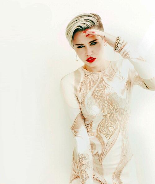 How many RTs to this queen ? #MileyForMMVA http://t.co/ZSpTxwEopM