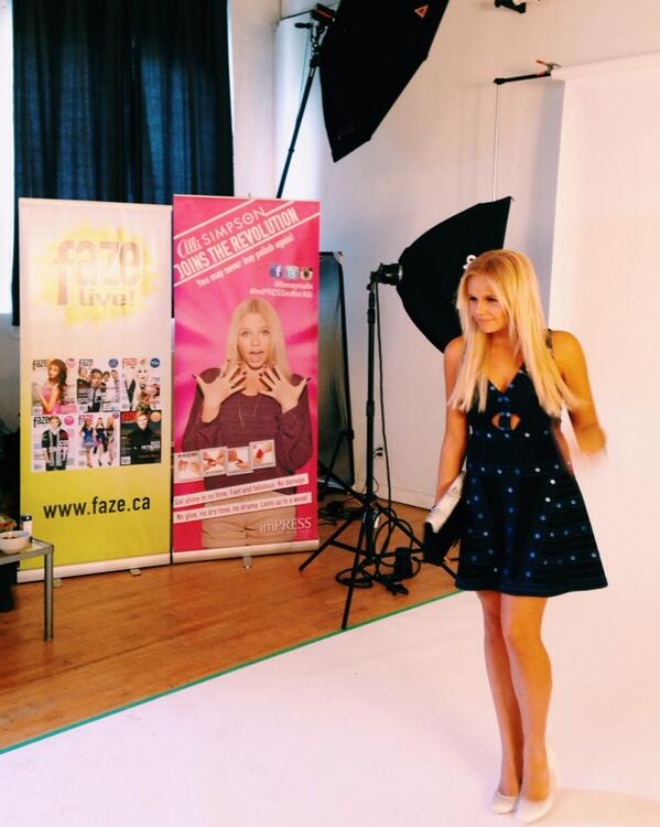 Behind-the-scenes with @allisimpson at today's @FazeMagazine shoot #bts http://t.co/j98IHJNmUS