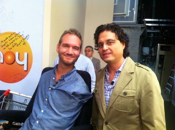 Mauricio Foullon (@Morrisfulon): En un momentito @nickvujicic_mx con su servilleta @programa_hoy http://t.co/6bTcK8wNLA