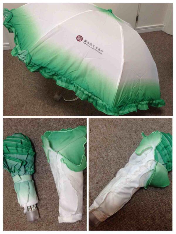 一昨年 故宮博物院で求めた 「白菜折りたたみ傘」 いくつか購入した白菜グッズのなかでも これがいちばんお気に入りです♡ ちゃんと傘として使えるところと ふちがフリルで白菜感を出してる芸の細かさが辛抱たまらず 買わずにはおれませんでした http://t.co/5zhK4A62RU