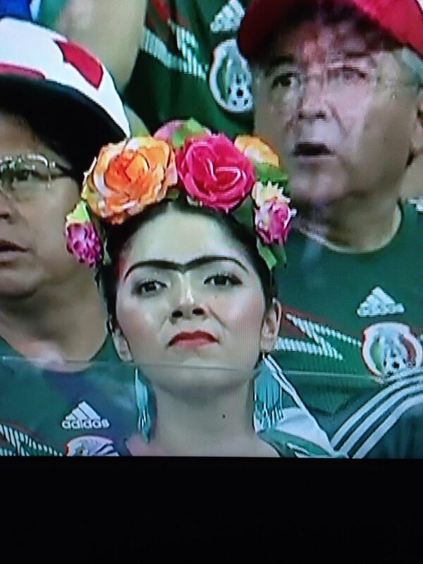 Frida Kahlo (manca però qualcosa) a tifare Messico http://t.co/BCanOPdaVQ