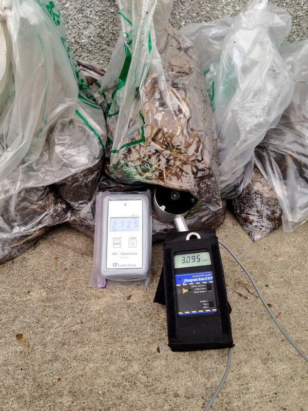 うちの職人がやっつけてきた、千葉県印西市 原にある団地の屋根の雨樋に詰まってた土。けたたましくブザーが鳴る。2.7μSv/h。毎年除去してるんだけどなあ。 http://t.co/X2V21fN8Tl