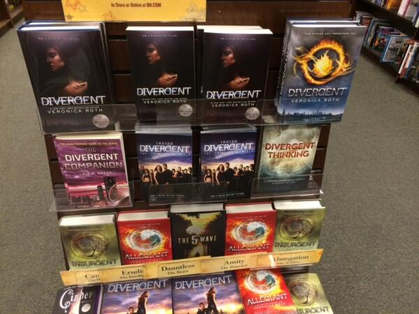 Love seeing #DIVERGENTTHINKING in Dallas-area @BNBuzz with @VeronicaRoth's Divergent, Insurgent, and Allegiant nearby http://t.co/Y74vkPABtX