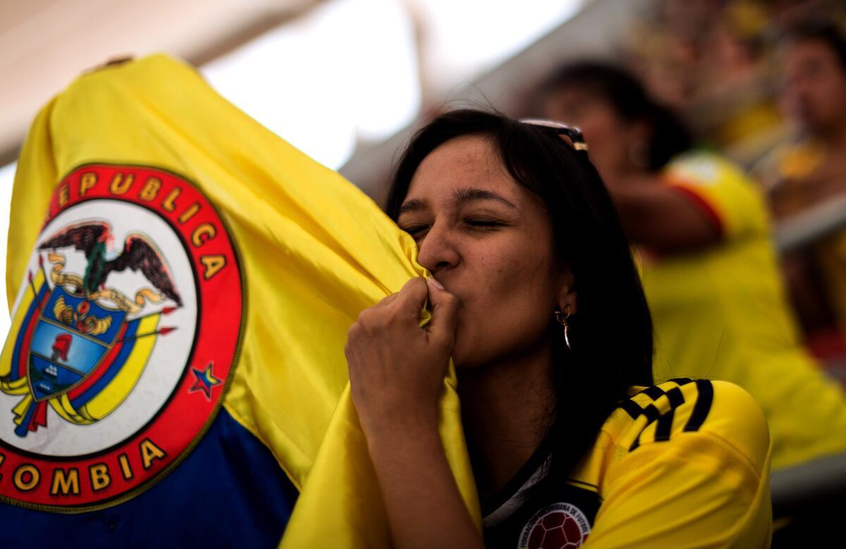 ¡Rostros de felicidad, lagrimas de alegría, los sentimientos de nuestra hinchada por #COL!. Con el #CorazonTricolor http://t.co/VhUazLDciT