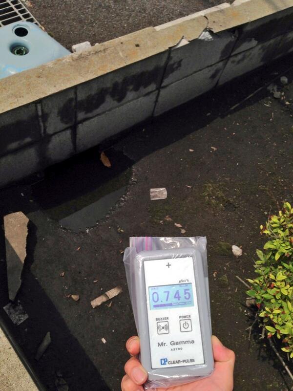 1年半経って同じ場所を測ってみた。0.75μSv/h前後(高さ1m)。豪雨後なので乾いてたらもっと出るんだろうな、これ。柏市豊四季のファミマ駐車場脇にて。 http://t.co/hAYZvyv752