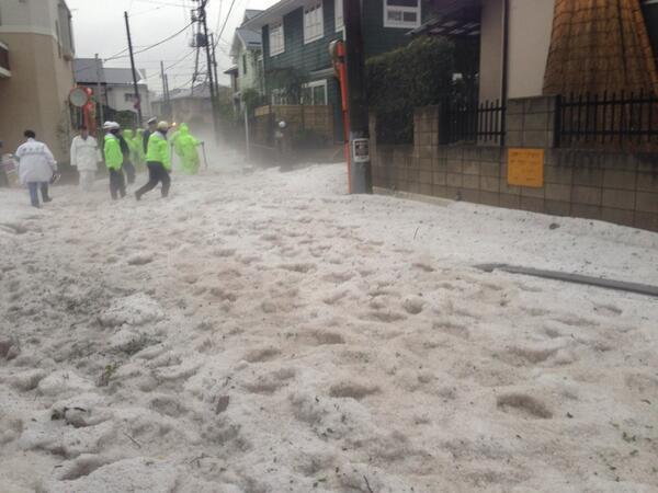 調布、大変なことになってますね((((;゚Д゚)))) @h_hiranuma: 大量の雹が流れ着いて、雹だけで50cmくらいあります。お隣さんはガレージが浸水してました。 http://t.co/sIZrsfkCNT