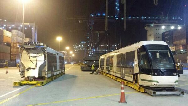 Avanzamos en hito histórico para la movilidad en Medellín y el país. Llegó a Cartagena 1er vagón Tranvía de Ayacucho. http://t.co/pBl1KsINo5