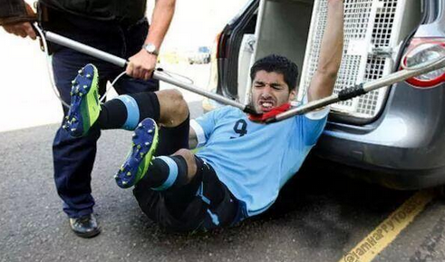 This is so funny #suarez  I think he's got an animal thing going on. He may think he's a wolf. Maybe he's a #Zombie http://t.co/ROEASQTb25