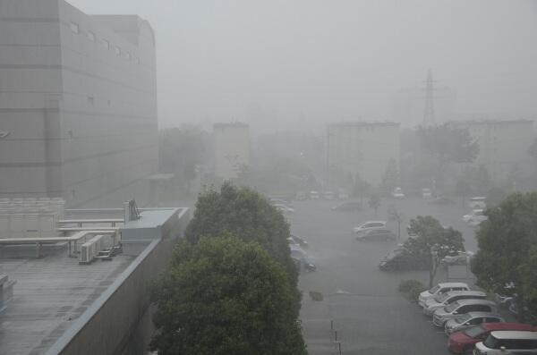 【暴風雨にご注意ください】現在和光市周辺で猛烈な雨が降っております。15時頃まで降り続く予報となっておりますので外出はお控えください。市役所駐車場は浸水していますのでご来庁の際はご注意ください。 http://t.co/U6qZBFfMP1