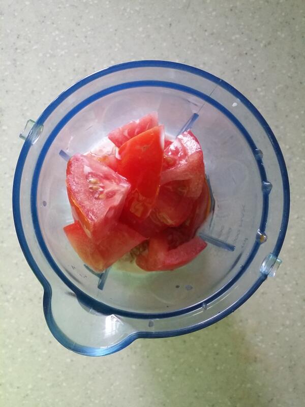 바나나 토마토쥬스 만드는 방법 1 바나나와 토마토를 썰고 우유와 꿀을 한스푼정도 믹서기에 넣는다 http://t.co/I6P8Wn9GC3