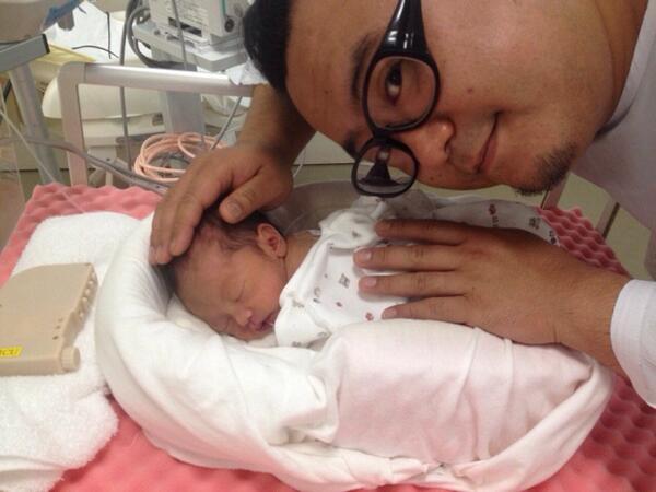 皆様、お祝いメッセージありがとうございます!昨日は嫁&娘の顔を見に病院に行きました。小さく産まれたので小児科に入院してますが、元気な娘です。俺の顔もデカイので比較対象にならないけどねー! http://t.co/RHwHjxb2SH
